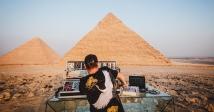 Sebastien Leger відіграв сет біля єгипетських пірамід
